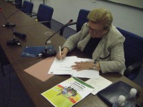 Luiza Erundina, candidata a Dep. Fed. SP/PSB assinando Pacto pela Juventude!